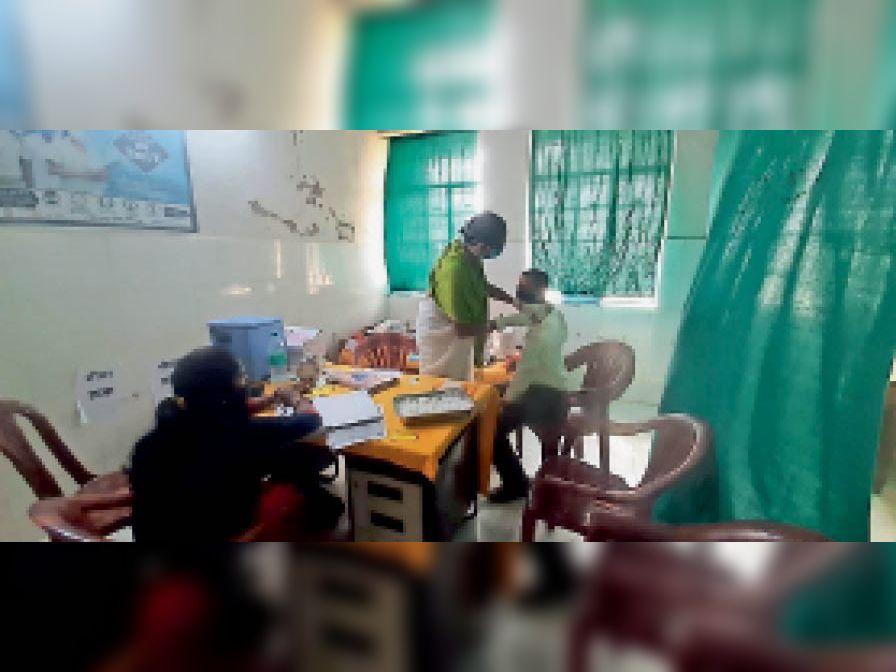 कोविड-19 का टीका लेते अंचलाधिकारी। - Dainik Bhaskar