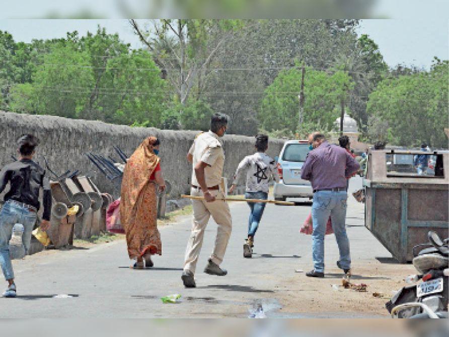 सब्जी मंडी में भीड़ हाे जाने पर लाेगाें काे मौके से हटाया और मास्क पहनने की हिदायत दी। इस दौरान पुलिस ने गाइडलाइन की पालना करने की अपील की। - Dainik Bhaskar