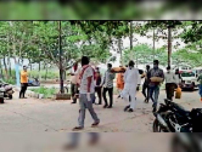 कोविड संक्रमित की मृत्यु होने के बाद उसका शव वाहन में ले जाया गया जबकि परिजनों ने प्रतीकात्मक रूप से शव यात्रा मुक्तिधाम तक पहुंचाई। - Dainik Bhaskar