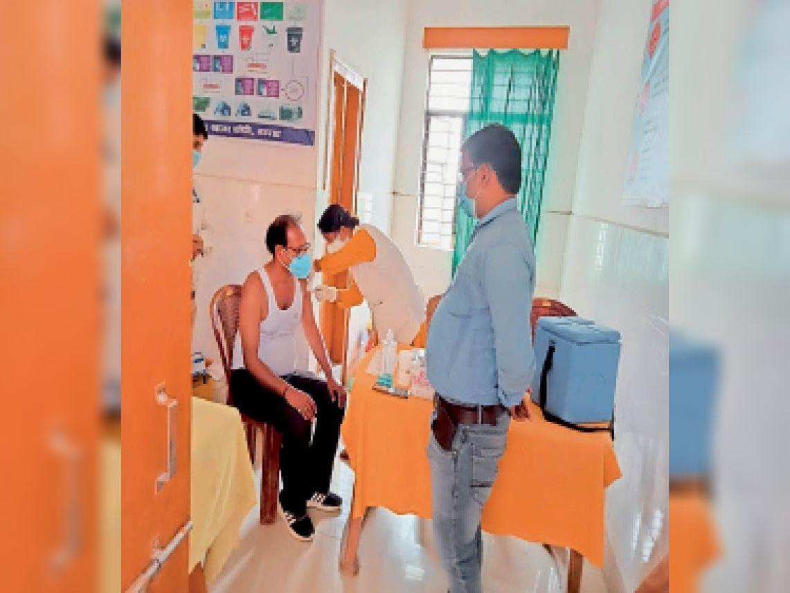 सौर बाजार सीएचसी स्थित वैक्सीनेशन कैंप में टीका लगवाते सीओ। - Dainik Bhaskar