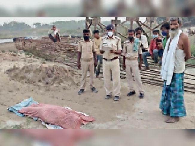 जमीन पर पड़ा शव व मामले की जांच कर रही पुलिस। - Dainik Bhaskar