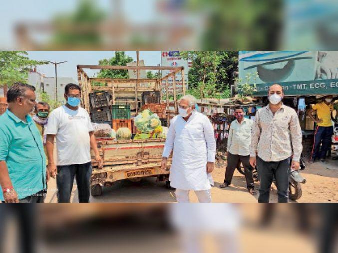 जिला अस्पताल परिसर के साईं प्रसादालय में पहुुंचाई सब्जी की खेप। - Dainik Bhaskar