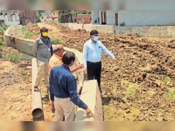 शंकरनाला में चल रहे काम का जायजा लेकर मेयर ने दिशा निर्देश दिए। - Dainik Bhaskar