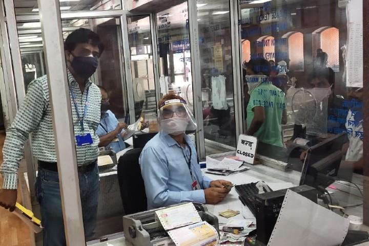 जयपुर रेलवे स्टेशन पर फेस शीट वितरित करते रेलवे कर्मचारी। - Dainik Bhaskar