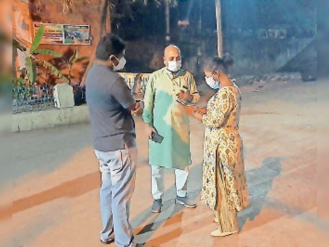 नगर विधायक शैलेश पांडेय ने अतिरिक्त कलेक्टर नूपुर राशि पन्ना और जिला पंचायत के मुख्य कार्यपालन अधिकारी हरीष के साथ बुधवार को रात रात 10 बजे फिक्की और डब्ल्यूएचओ के द्वारा दिए जाने वाले 100 बेड और 50 बेड कोविड अस्पताल के लिए स्थल निरीक्षण किया। - Dainik Bhaskar