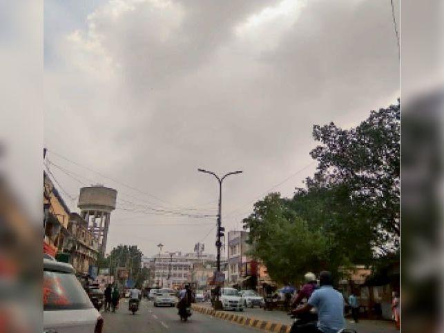 दोपहर तीन बजे बाद आसमान में छाए बादल। - Dainik Bhaskar