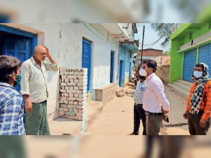 ग्रामीणों को वैक्सीनेशन के लिए जागरूक करते हुए अधिकारी-कर्मचारी। - Dainik Bhaskar