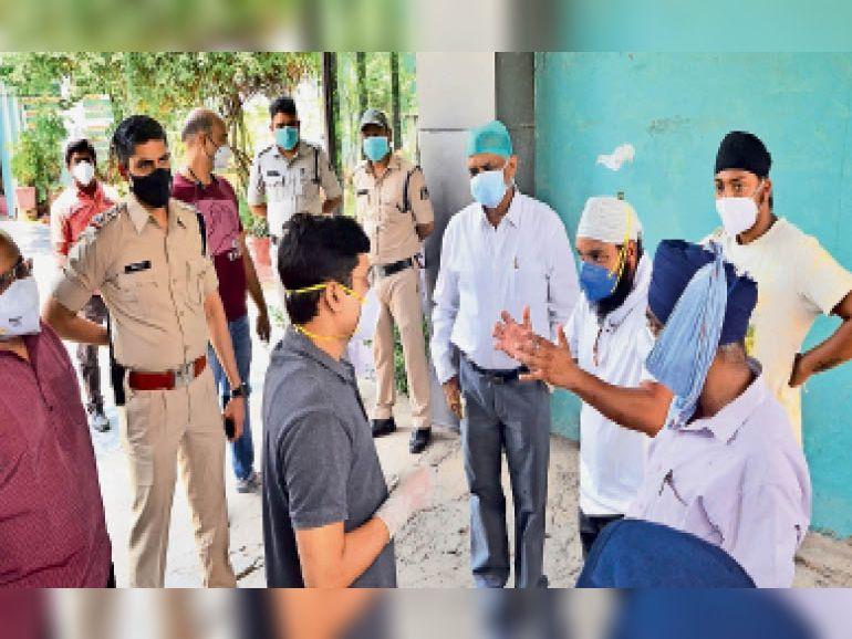 परिजनों ने डाक्टर से चर्चा कर लापरवाही का विरोध किया। - Dainik Bhaskar