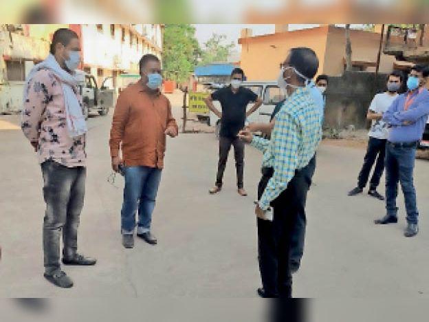 लापरवाही पर कांग्रेसजन अधिकारियों से बात करते हुए। - Dainik Bhaskar