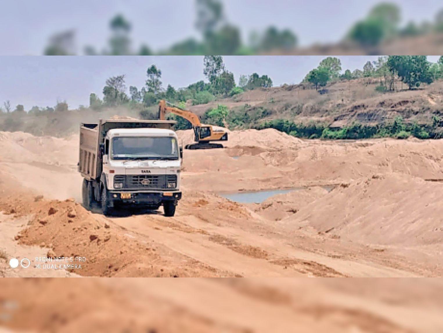 नदी से अवैध खनन करते हुए- इनसेट फर्जी पिट पास - Dainik Bhaskar