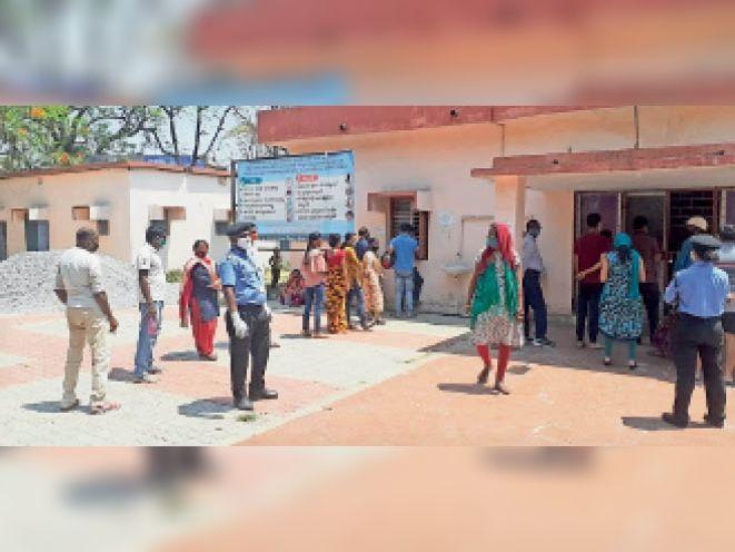 कोविड जांच केंद्र में अपनी बारी आने का इंतजार करते लोग। - Dainik Bhaskar