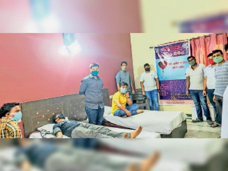 रक्तदान शिविर में महादान करने के लिए जुटे युवा। - Dainik Bhaskar