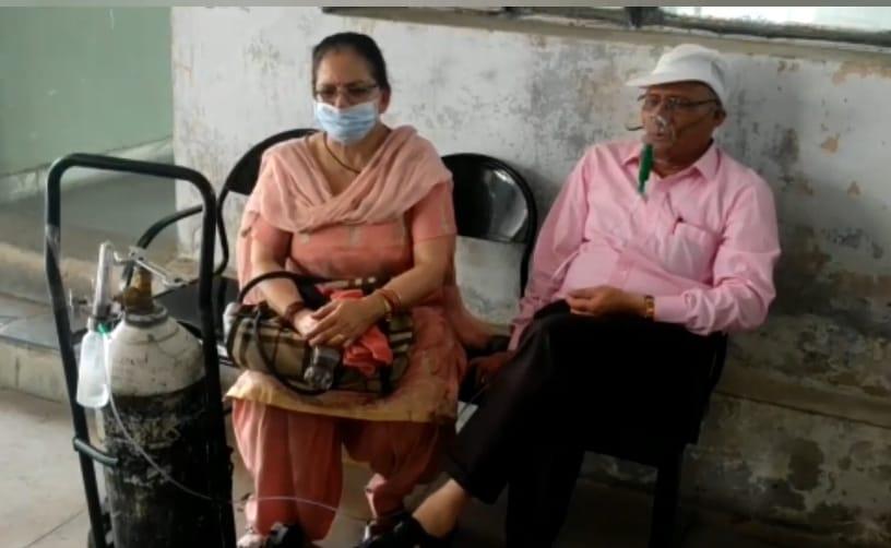 मुंह पर ऑक्सीजन मास्क लगा सिलेंडर लेकर जालंधर के DC ऑफिस पहुंचे लंग्स के मरीज, बोले- मैं कहां से खरीदूं|जालंधर,Jalandhar - Dainik Bhaskar