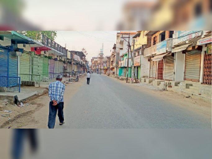 सुनसान पड़ी चतरा की मेन रोड। - Dainik Bhaskar
