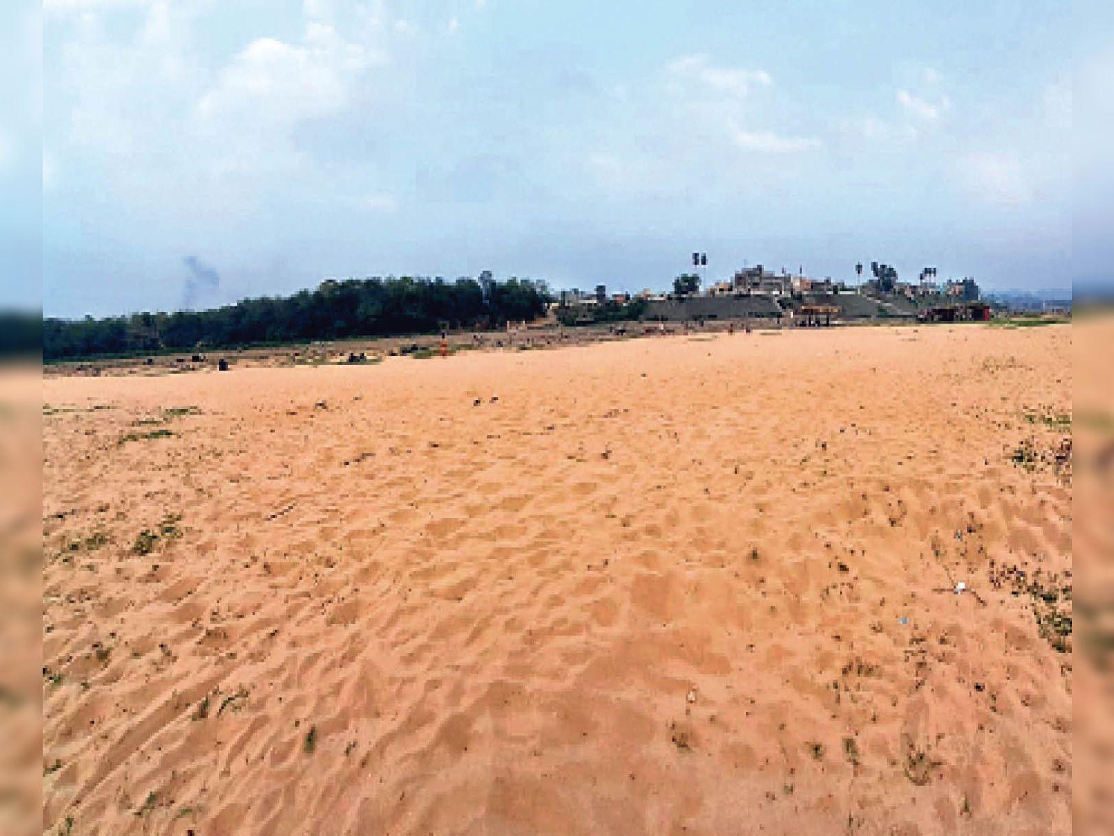 तस्वीर बागबेड़ा के बड़ौदा घाट के दूसरी छोर की है। गर्मी बढ़ने पर खरकई नदी का जलस्तर काफी कम हो गया है। नतीजतन जहां तक नजरें जाती हैं, सिर्फ रेत ही रेत नजर आता है। - Dainik Bhaskar