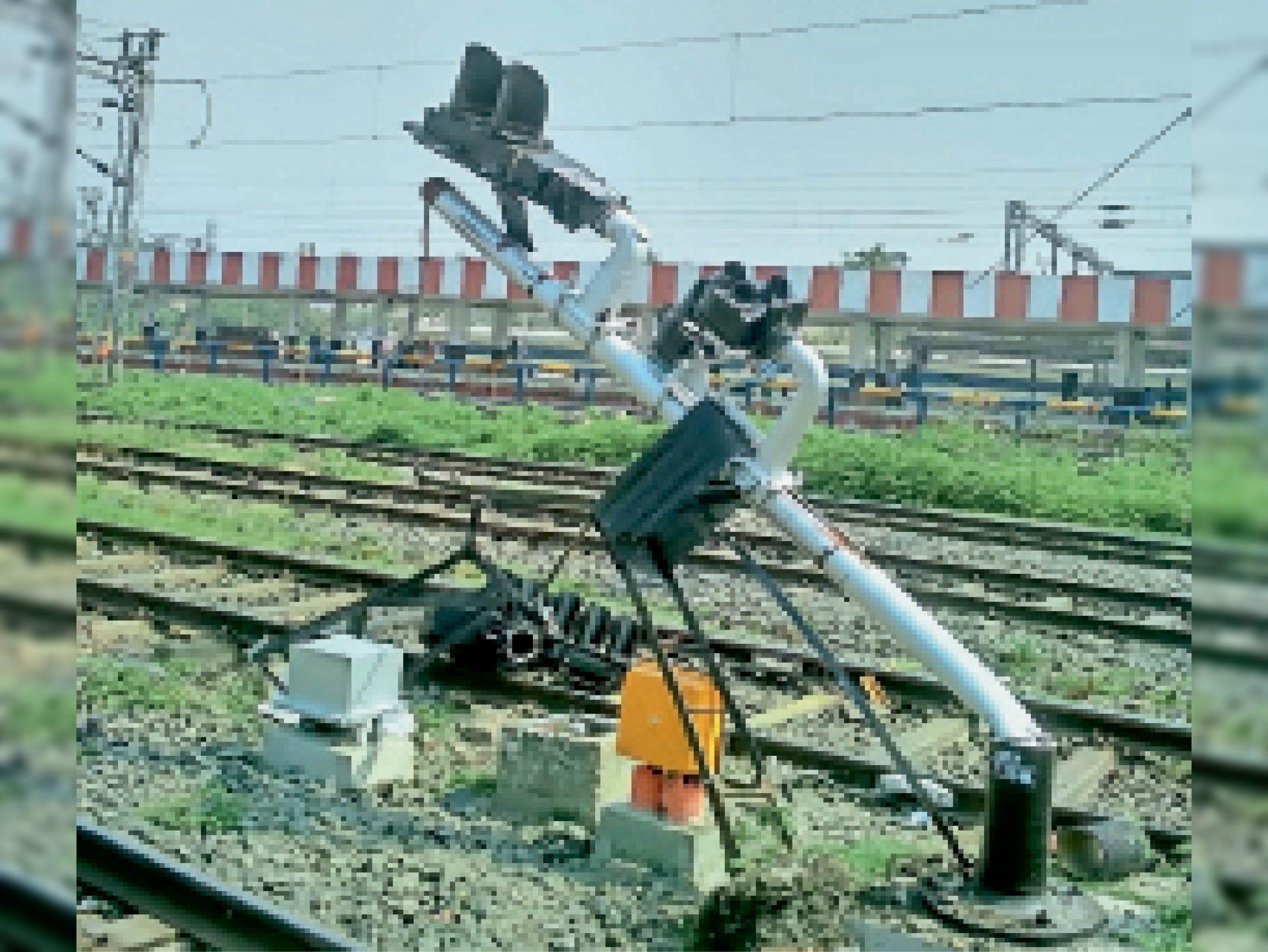 मालगाड़ी से टकराने के बाद क्षतिग्रस्त हुआ सिग्नल। - Dainik Bhaskar
