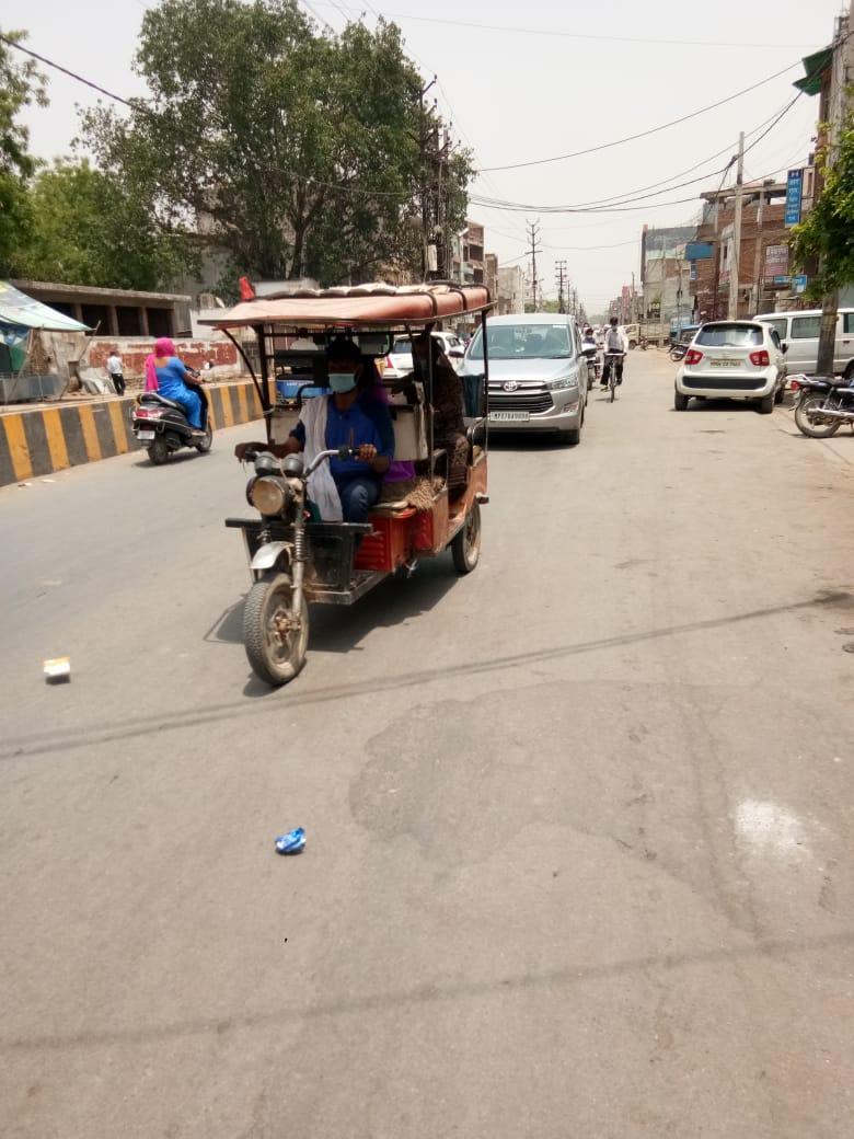सड़क पर फर्राटा भर रहे वाहन