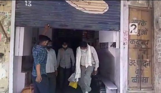 अफसर के डर से ग्राहकों को दुकान में बंद कर भागा दुकानदार, अफसर बाहर से लगा दिया ताला, जब खोला तो अंदर मिले ग्राहक|मुरैना,Morena - Dainik Bhaskar