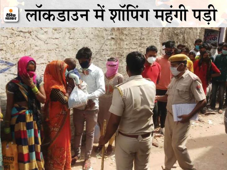 पुलिस की छापेमारी के बाद बाहर निकली ग्राहकों की भीड़, सभी को ट्रैक्टर में भरकर थाने ले जाया गया; दुकानदार के खिलाफ FIR|धौलपुर,Dholpur - Dainik Bhaskar