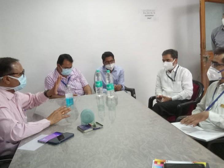 लॉडर्स हॉस्पिटल में चिकित्साकर्मी। - Dainik Bhaskar
