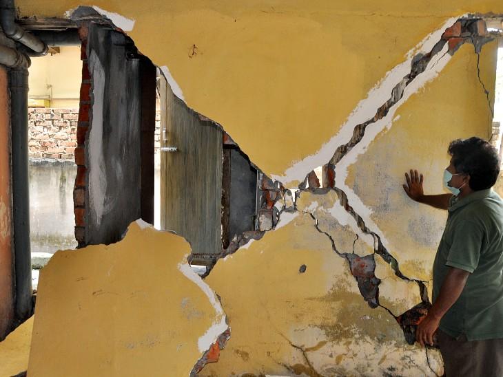 फोटो गुवाहाटी की है। असम में बुधवार को आए भूकंप के झटके से कई बिल्डिगों को नुकसान पहुंचा है। - Dainik Bhaskar