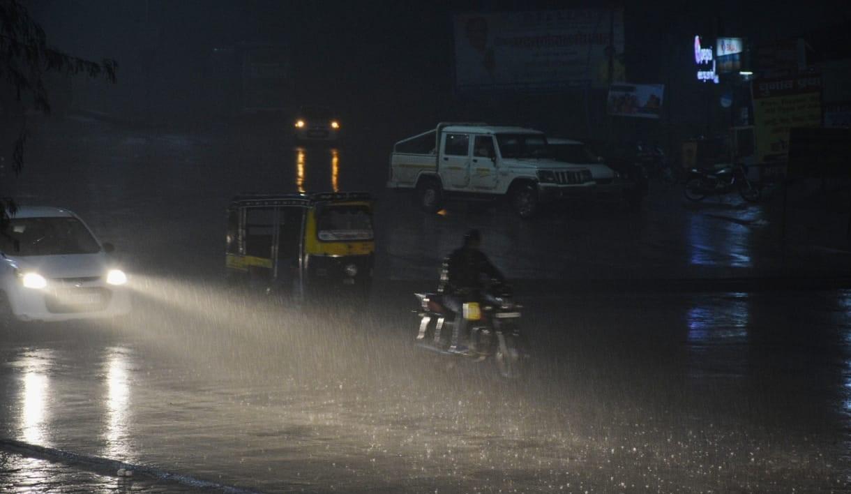 बीकानेर में गुरुवार की रात बारिश से हवा में ठंडक घुल गई। - Dainik Bhaskar