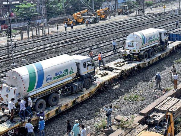 ऑक्सीजन एक्सप्रेस; झारखंड से 31 टन ऑक्सीजन से भरे दो टैंकरों को लेकर मंडीदीप पहुंची ट्रेन।