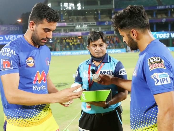 मैच के लिए बॉल सिलेक्ट करते चेन्नई के तेज गेंदबाज दीपक चाहर और शार्दूल ठाकुर।