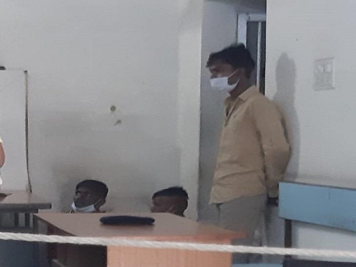 इन्हीं युवकों ने चोरी को अंजाम दिया अब इनसे पूछताछ जारी है।