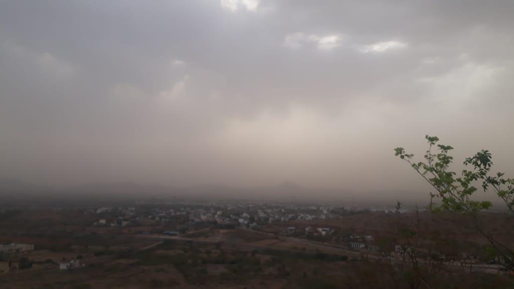 दिनभर की तपिश के बाद धूल भरी आंधी के साथ हल्की बूंदाबांदी से मौसम हुआ सुहाना|नागौर,Nagaur - Dainik Bhaskar