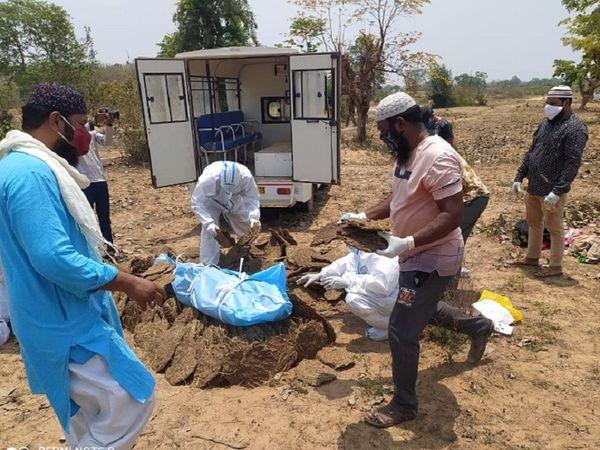 छत्तीसगढ़ के गरियाबंद में मुस्लिम युवकों ने PPE किट पहन कर कोविड प्रोटोकॉल के तहत हिंदू युवक का अंतिम संस्कार किया।