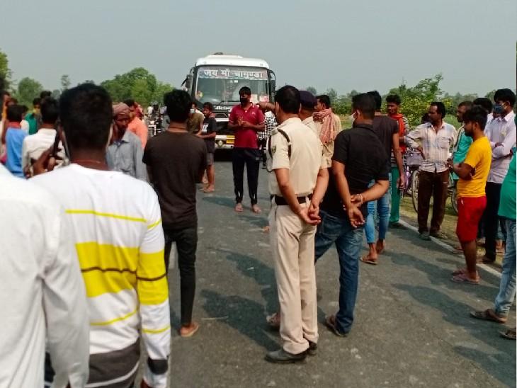 आक्रोशित लोगों ने सड़क को जाम कर दिया और मुआवजे की मांग करने लगे।