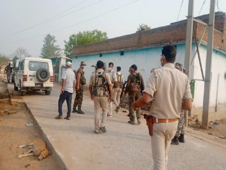 घटनास्थल पर छानबीन करने पहुंची पुलिस। - Dainik Bhaskar