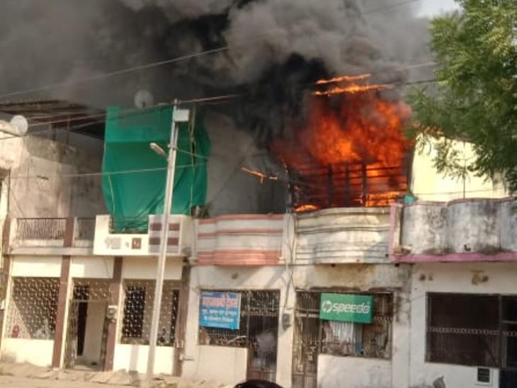 रतलाम के फ्रीगंज क्षेत्र में इलेक्ट्रॉनिक गोडाउन में लगी भीषण आग, 5 फायर लॉरी की मदद से पाया गया आग पर काबू रतलाम,Ratlam - Dainik Bhaskar