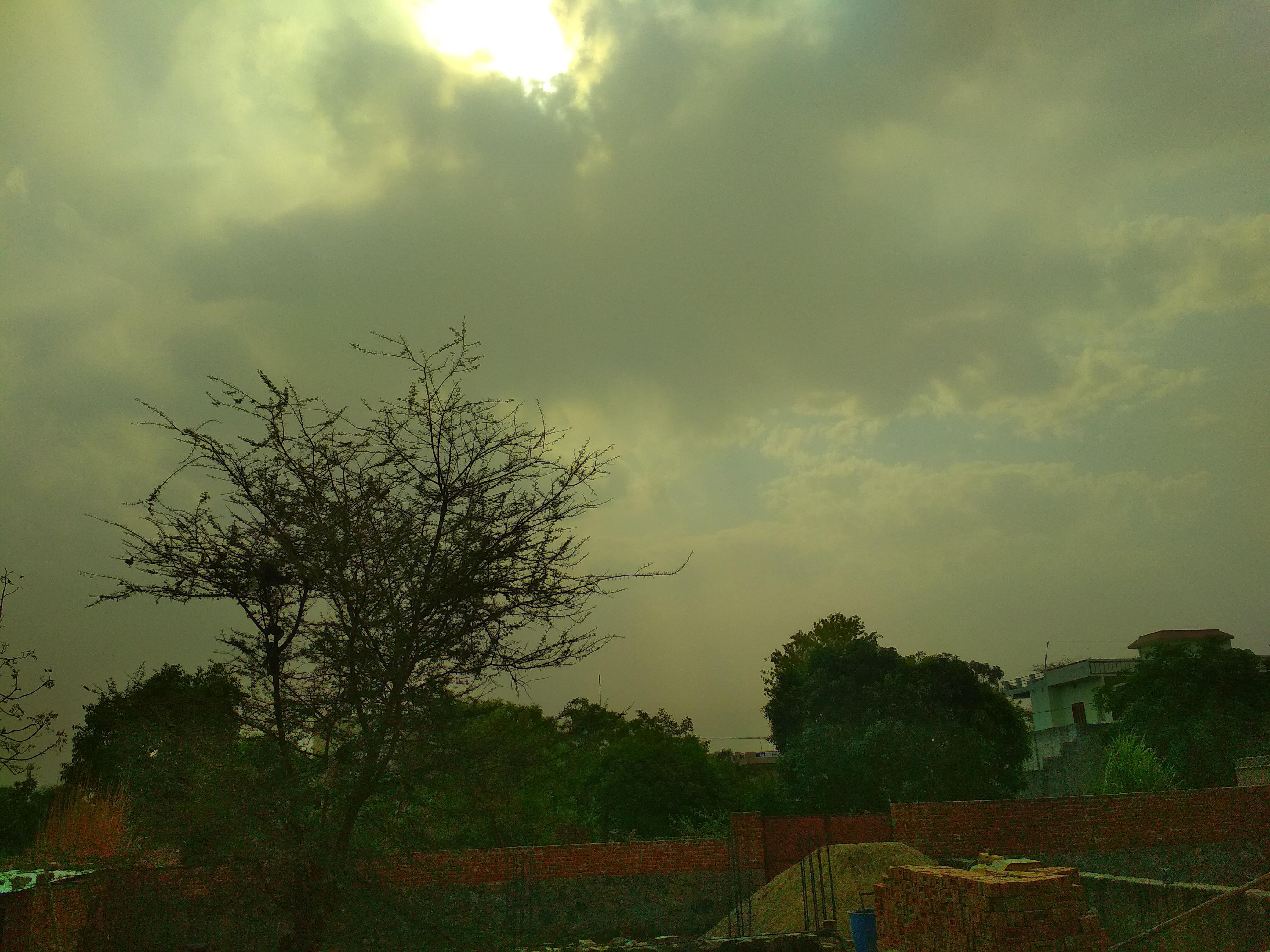 सीकर में बादलों में छिपा सूरज। - Dainik Bhaskar