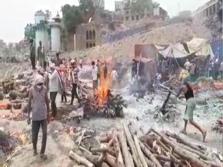 वाराणसी में कई मजदूर काम नहीं होने की वजह से शव को कंधा दे रहे हैं, एवज मिलते हैं 250 से 500 रुपए|वाराणसी,Varanasi - Dainik Bhaskar