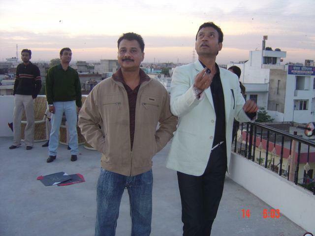 जयपुर में पतंग उड़ाते हुए इरफान खान और उनके दोस्त हैदर अली जैदी।