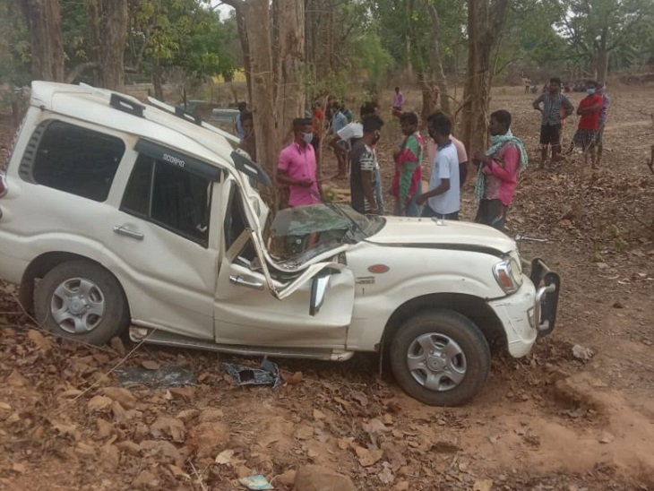 गाड़ी के अंदर फंसे एक युवक ने तोड़ा दम, दो की हालत गंभीर; गैस कटर से दरवाजा काटकर निकाला शव छत्तीसगढ़,Chhattisgarh - Dainik Bhaskar