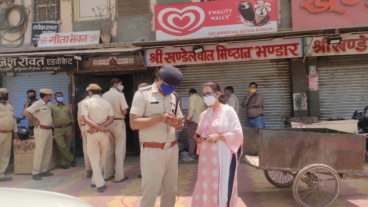 दुकान को सील करते पुलिसकर्मी। - Dainik Bhaskar