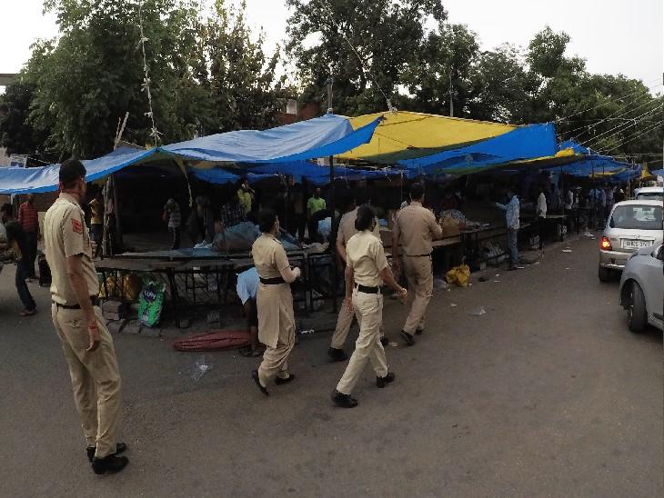 सेक्टर 22 की शास्त्री मार्केट को बंद कराती पुलिस।