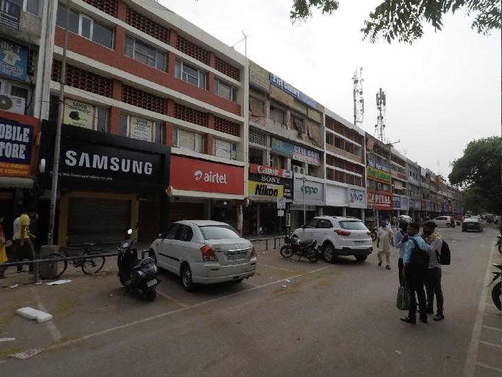 रात 10 बजे तक खुली रहने वाली सेक्टर 22 की मोबाइल मार्केट को पुलिस ने 5 बजे से बंद करा दिया। - Dainik Bhaskar
