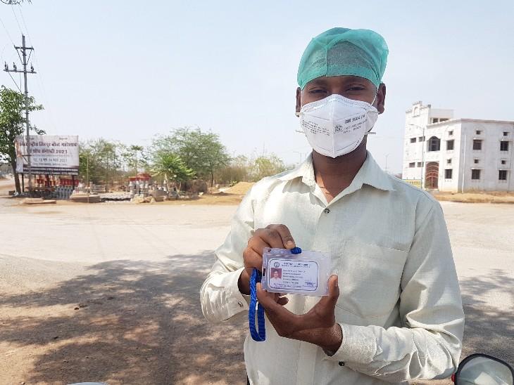 ओम के भाई विवेक अब हर दिन अफसरों के दफ्तर के चक्कर काट रहे हैं।