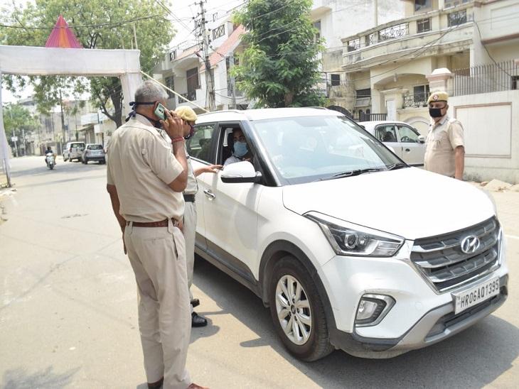 मॉडल टाउन में सड़कों पर निकले लोगों से पूछताछ करती पुलिस।