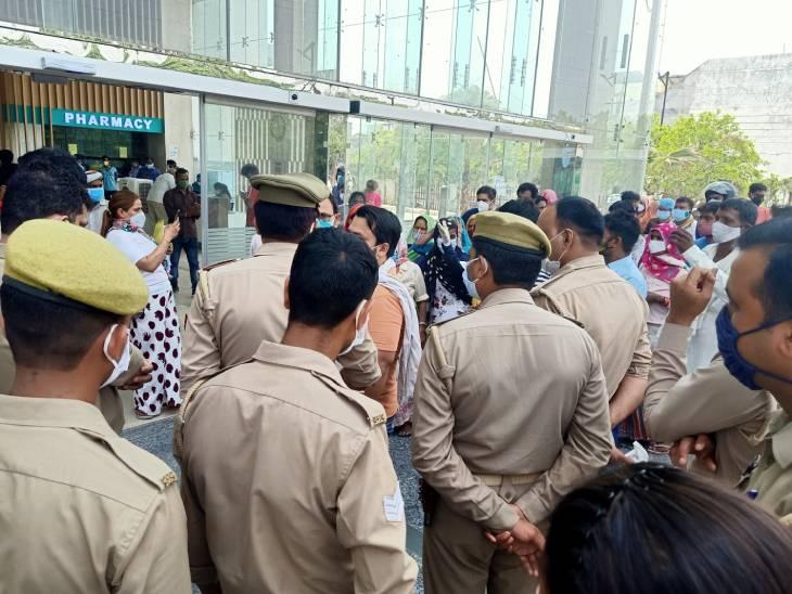 हंगामा बढ़ता देख अस्पताल स्टाफ ने पुलिस बुला ली। अस्पताल में प्रशासनिक अधिकारी भी डेरा जमाए हुए हैं।