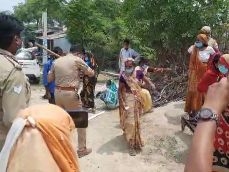 ननसोही मतदान केंद्र पर पुलिस ने पुलिस ने उग्र भीड़ पर काबू पाने के लिए महिलाओं पर लाठी चार्ज कर दिया।