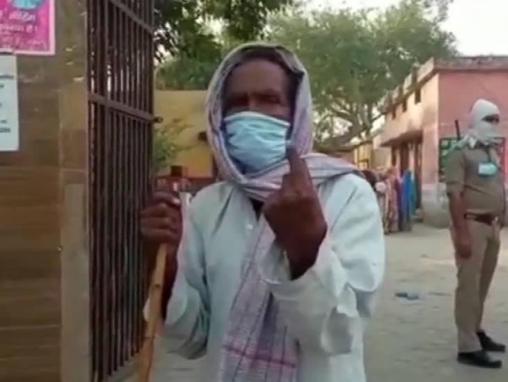 संभल में बूथ नंबर 32 पर वोटिंग के बाद स्याही दिखाता मतदाता।