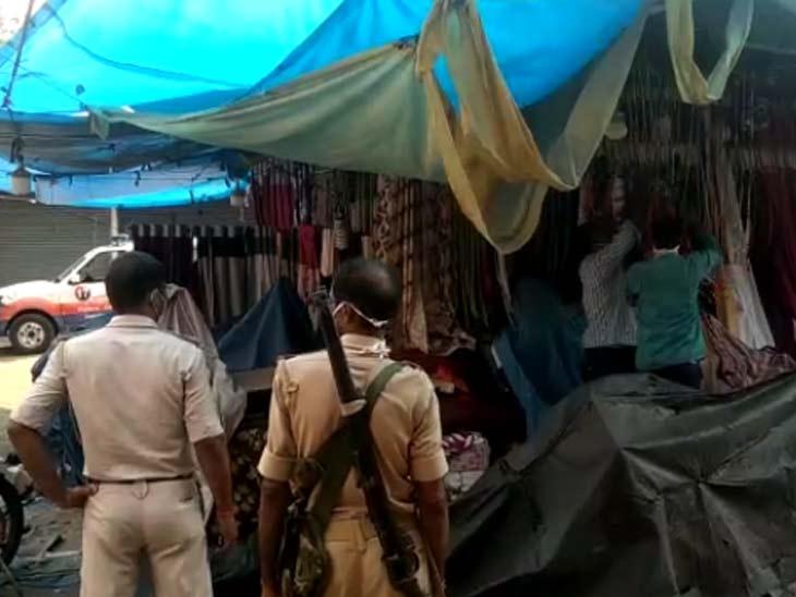 कुछ जगहों पर दुकानें बंद कराने के लिए पुलिस को सख्ती दिखानी पड़ी।