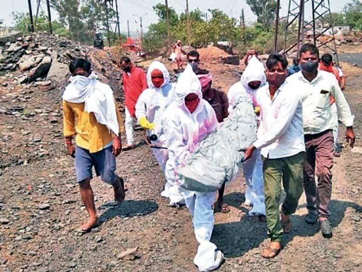धनबाद के केंदु में गोधर कुर्मीडीह बस्ती में गरीबी में जीवन यापन कर रही महिला सोमरी देवी की मंगलवार की रात माैत हो गई। पर कोरोना के भय के कारण महिला की लाश काफी देर तक पड़ी रह गई। स्थानीय लोगों ने प्रशासन को सूचित किया। बाद में PPE किट से लैस मेडिकल टीम पहुंची व शव का स्थानीय लोगों के सहयोग से दाह संस्कार करवाया।