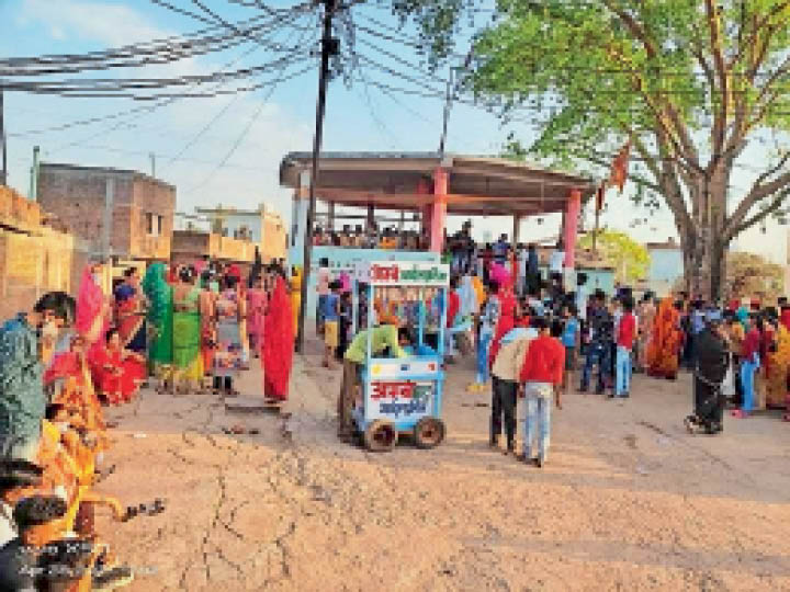 शीतला माता मंदिर पर माता पूजन के लिए लगी महिलाओं की भीड़। जिसमें नहीं किया जा रहा सोशल डिस्टेंसिंग नियमो का पालन। - Dainik Bhaskar