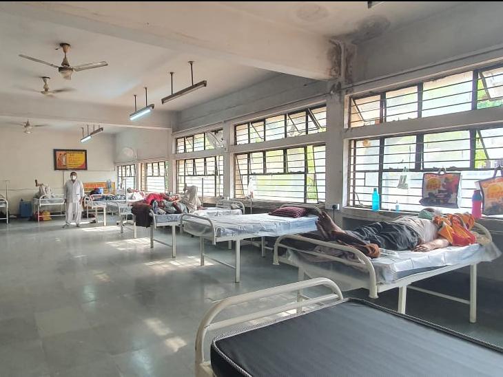 कोरोना संक्रमण के बढ़ते मरीजों को देखते हुए माधवनगर अस्पताल में 15 ऑक्सीजन कंसंट्रेटर मशीन वाले बेड का एक अलग वार्ड बनाया। इसमें भी मरीजों को भर्ती करना शुरू कर दिया गया है। अब यहां कुल 181 ऑक्सीजन के बेड हो चुके हैं। - Dainik Bhaskar